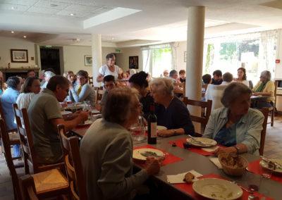 Vacances Chrétiennes : repas dans la salle à manger